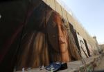 وعد التميمي على جدار الفصل العنصري