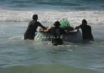 شاب يصنع قاربًا من الزجاجات الفارغة