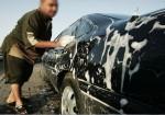 غزة: مغاسل السيارات ملاذ الهاربين من البطالة