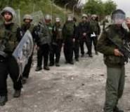 قوات الاحتلال تعتدي على المواطنين وسط الخليل