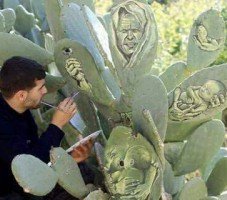 فنان يرسم على ورق الصبّار