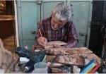 صانع الهدايا والتذكارات الخشبية