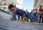 """شبّان من غزّة يجسدون معاناتهم في الـ """"بريك دانس"""""""