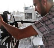 محمد الزعنون.. مصورٌ جريحٌ يعيش بنصف أعضائه
