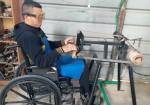 أقعدتهُ رصاصة فاخترعَ سريرًا لتقليب ذوي الإعاقة