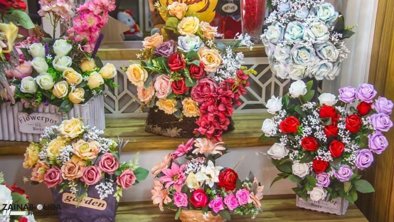 باقات ورد في أحد محلات الزهور بمدينة غزة