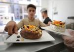 """""""كورونا"""" يقطع رزق عمال المطاعم بغزة"""