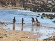 أطفال يلعبون على شاطىء بحر غزة
