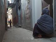 """في المخيم.. نساءٌ يستقبلن العيد """"بابتسامة حزنٍ"""" عريضة"""