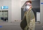 """طبيبةٌ تُبادر.. استشاراتٌ مجّانية عبر """"واتساب"""" للحوامل بغزة"""