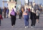 نساء غزّة يسابقن الشمس إلى شاطئ البحر