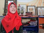 سوسن الخليلي.. فلسطينية تتحدى إعاقتها بفن الرسم التراثي على الزجاج