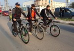 مبتورو الأطراف في القطاع.. طيور طليقة على دراجات هوائية